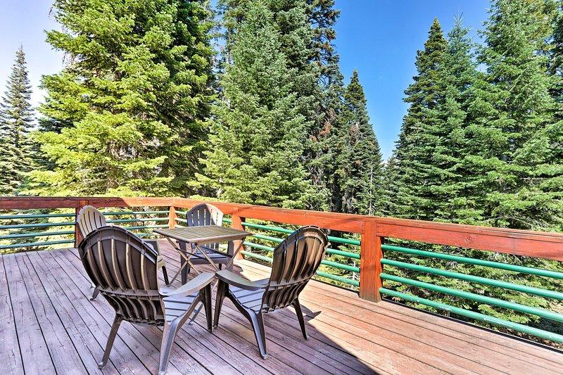 Profitez des vues panoramiques depuis la grande terrasse privée de cette location de vacances!