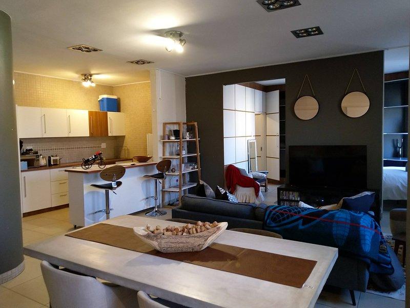 Modern Trendy Jo'Burg Apartment, vacation rental in Johannesburg