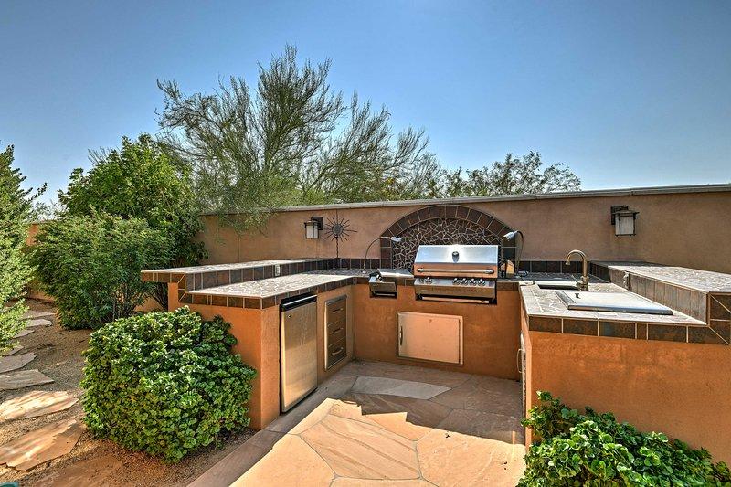 Esta hermosa morada incluye una cocina al aire libre, piscina y jacuzzi.