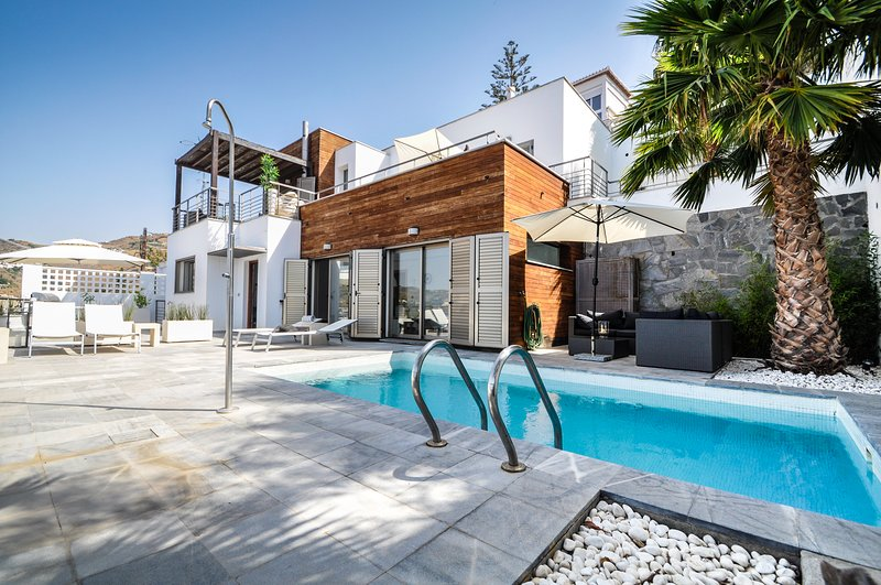 Villa Panorámico:renovated modern villa with spectacular ocean view&private pool, holiday rental in Lentegi