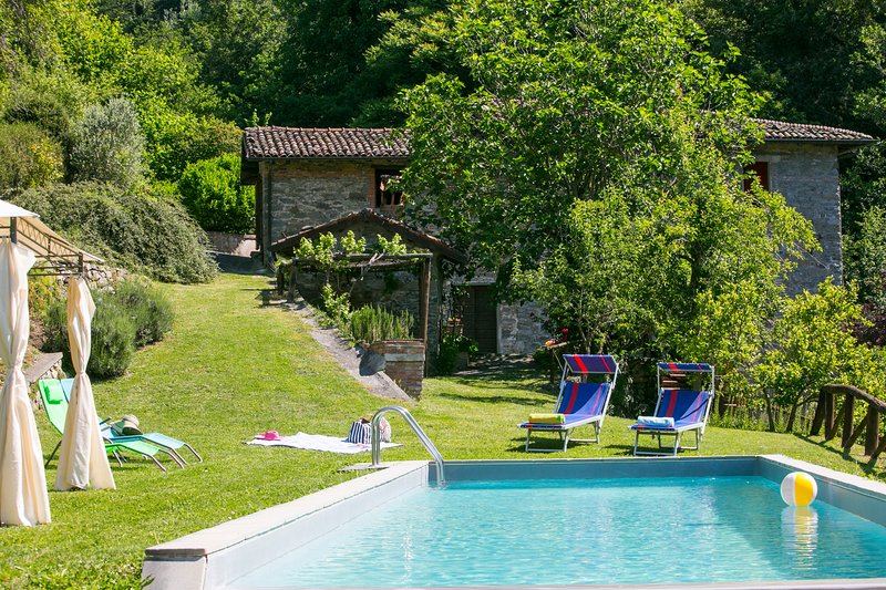 Romantic water mill home in Tuscany, private pool, private waterfall and Wi-Fi, casa vacanza a Naggio