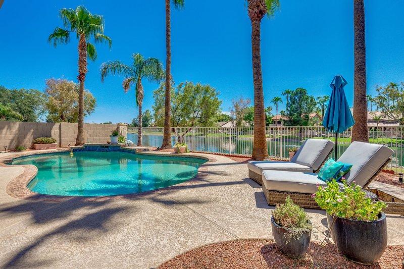 Updated waterfront home w/ private Heated pool & garage. Near Arrowhead shops!, casa vacanza a Sun City