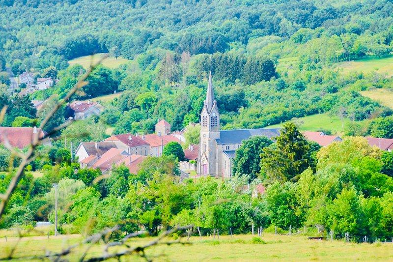 Vista do centro de Vicq, nosso Presbytère está localizado à esquerda da igreja.