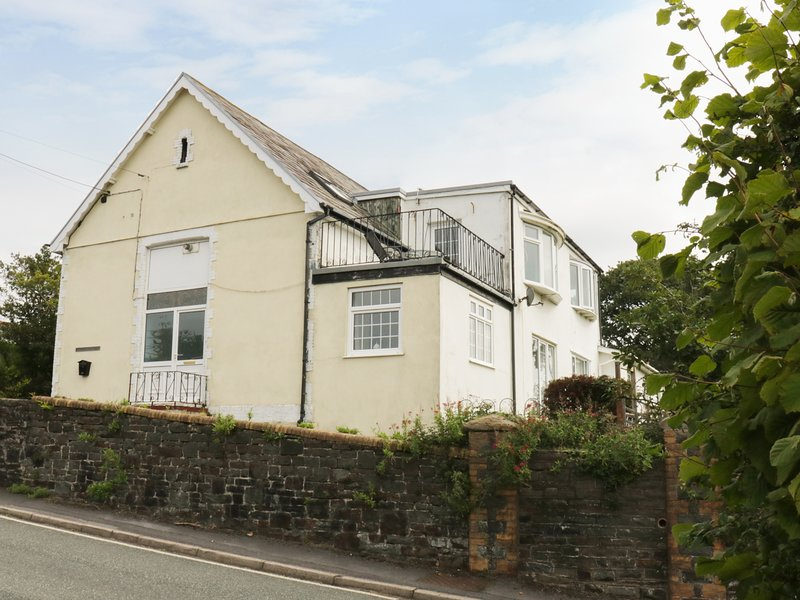 SCHOOL HOUSE former school house, upside down accommodation, WiFi, balcony, location de vacances à Pont Yates