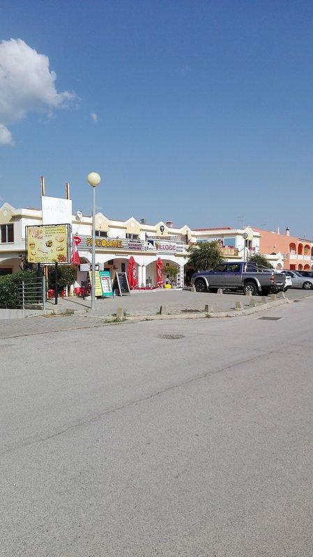 Zona commerciale, 2 minuti casa, dove ha ristorante, piccolo supermercato, bancomat, altri negozi