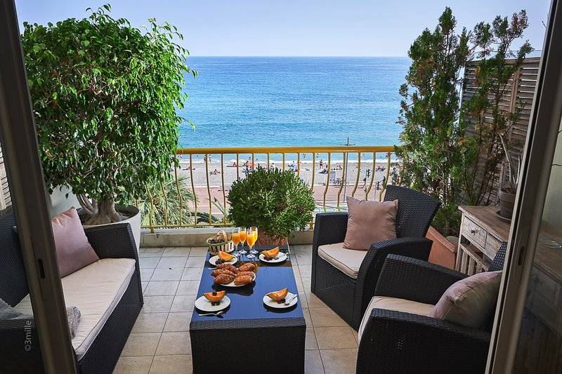 Balcony with seating to enjoy aperitif