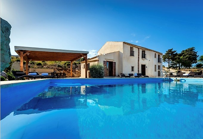 Casale dei Poeti is a villa for 12 people looking for a place of peace and quiet, holiday rental in Villaggio Sporting