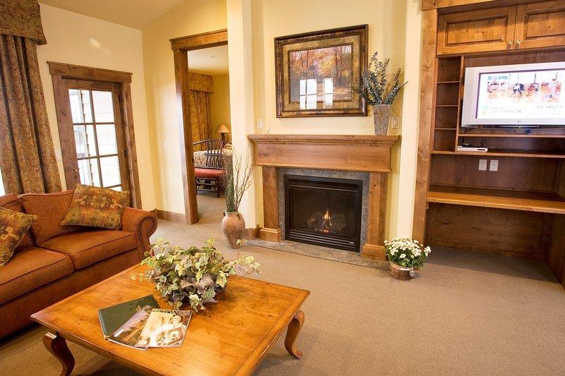 Le salon est lumineux et élégant, avec une cheminée confortable.