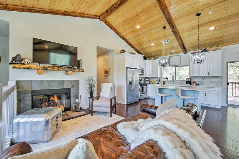 Custom-Built Big Bear House w/ View & Deck!, alquiler de vacaciones en Moonridge