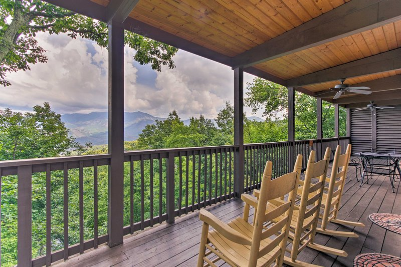 'Chateau Sur Lamont:' Gatlinburg Cabin w/ Hot Tub!, vacation rental in Gatlinburg