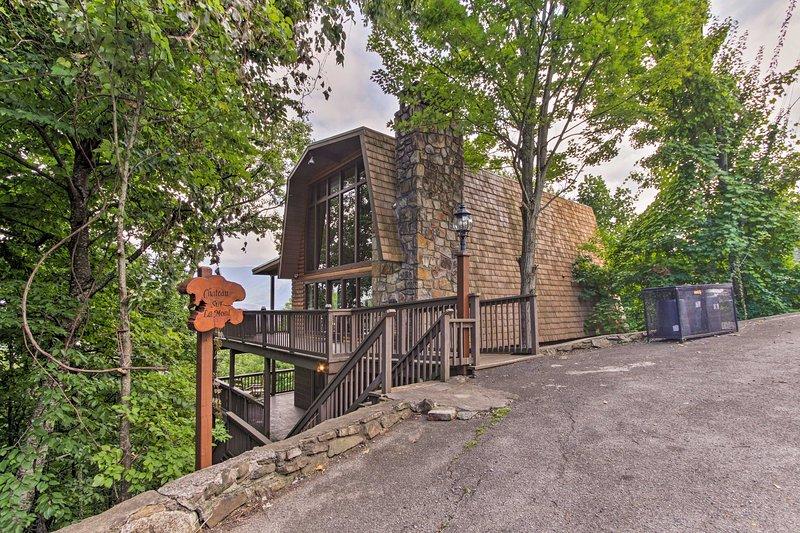 En oförglömlig Gatlinburg semester väntar på denna stuga hem.