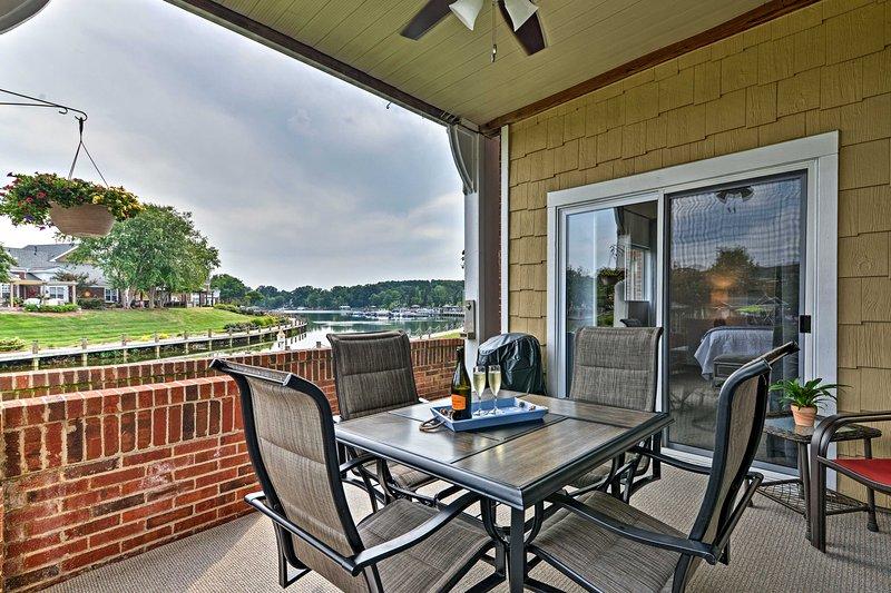 Bewundern Sie vom Balkon aus den Blick auf den See von Norman.