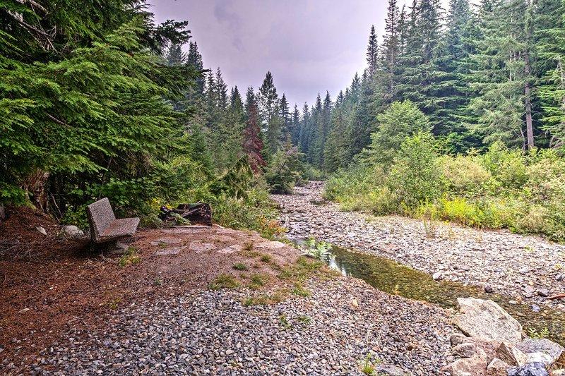 Njut av året runt tillgång till bäcken som går genom fastigheten.
