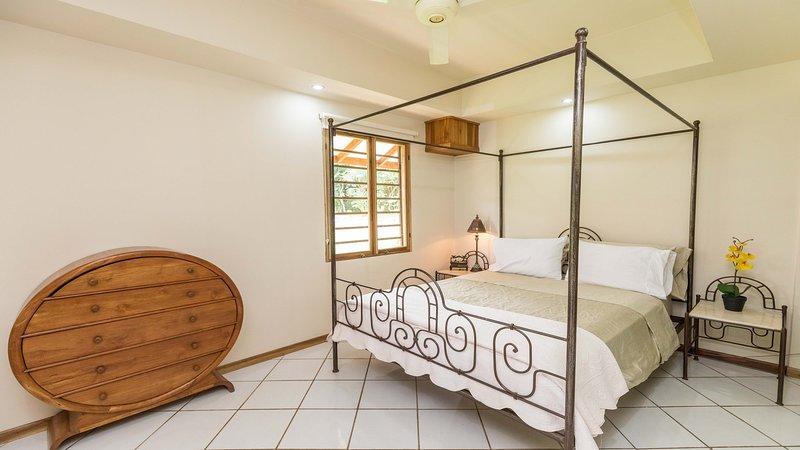 La hermosa cama con dosel de la reina en la casita