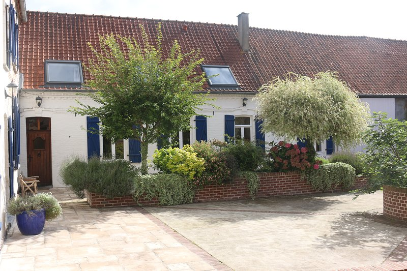 Traditional French farmhouse with pool in rural North France 45 minutes Calais, holiday rental in Nielles-le-Blequin