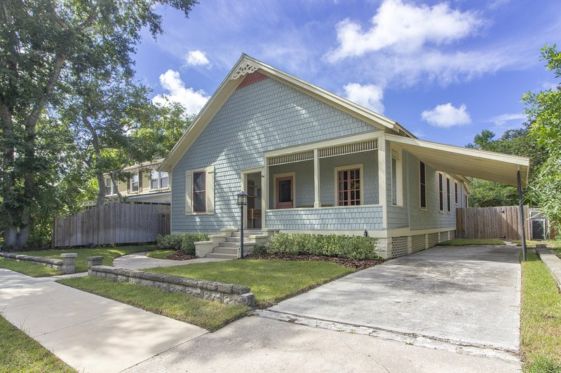 NEW LISTING ~ LUXURIOUS home in HISTORIC DISTRICT – semesterbostad i Saint Augustine