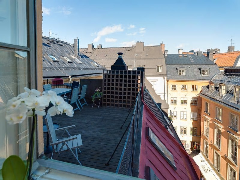 Best location in town! Apartment with a private terrace in Old Town Stockholm, alquiler de vacaciones en Solna