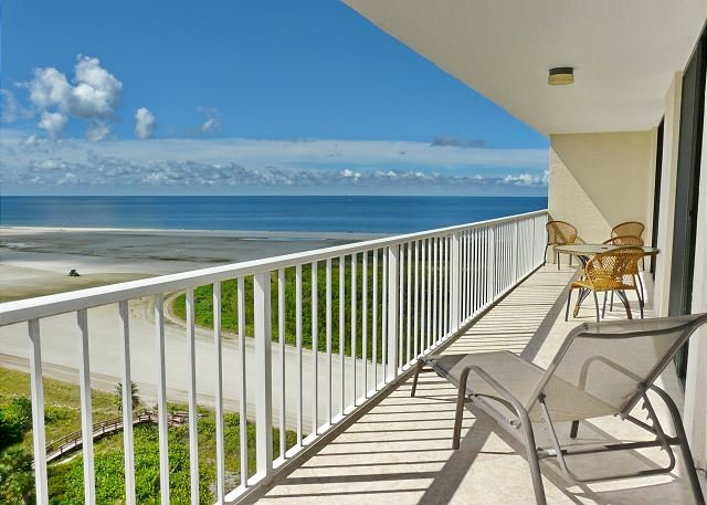 Sun-brightened beachfront condo w/ heated pool & tennis courts, vacation rental in Marco Island