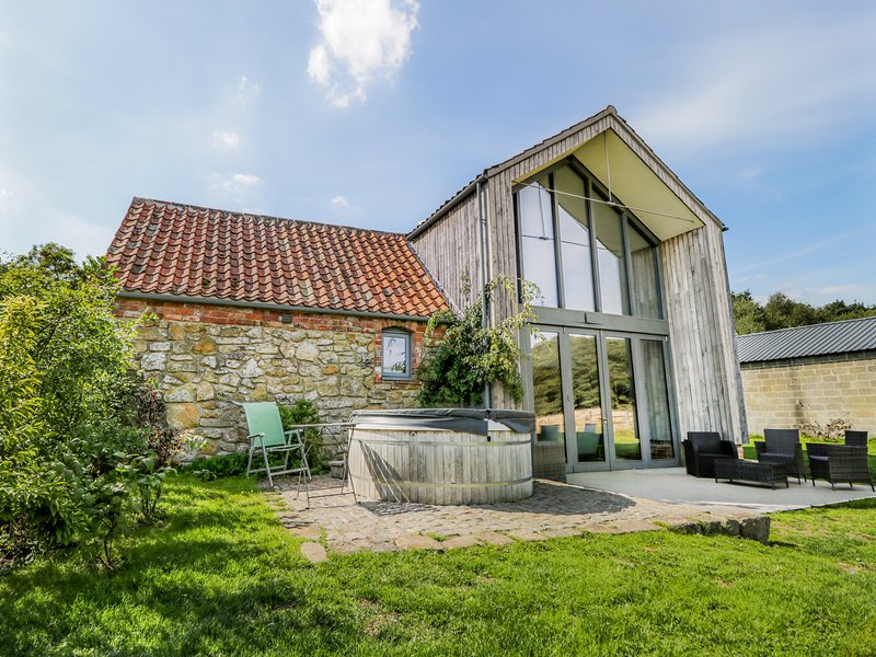 OAK HOUSE AT BLUEBELL GLADE, pet-friendly, hot tub, tranquil setting in Market, location de vacances à West Barkwith