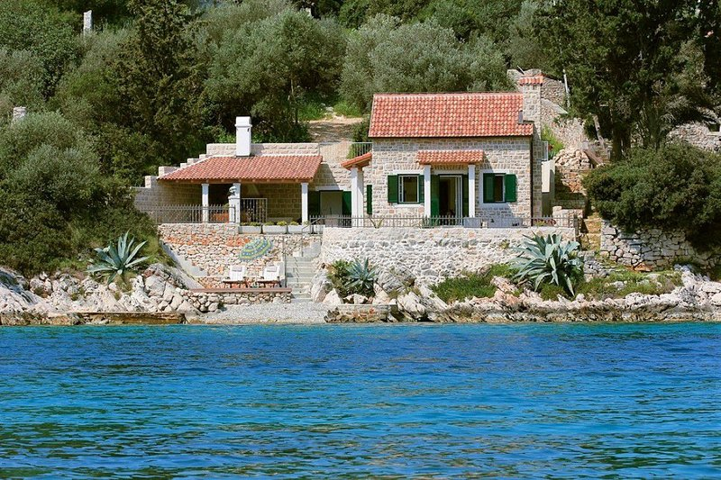 Villa Mermaid Hvar – Stone house on the beach in peaceful bay, Hvar, aluguéis de temporada em Stari Grad