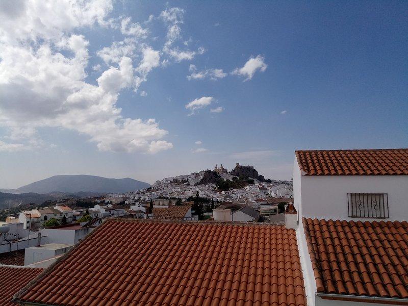 Terrass med bra utsikt över staden och bergen