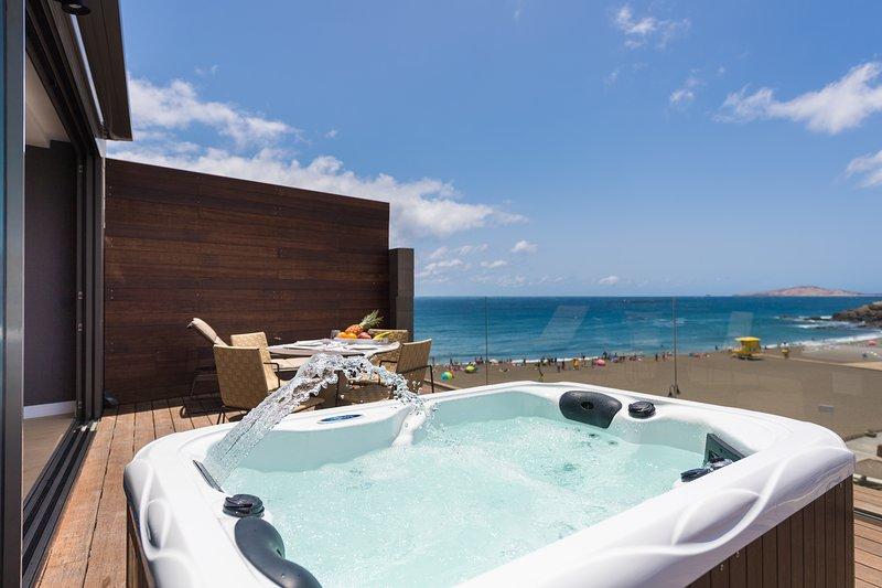 Luxury Penthouse Studio with private jacuzzi in Melenara Beach, vacation rental in Melenara