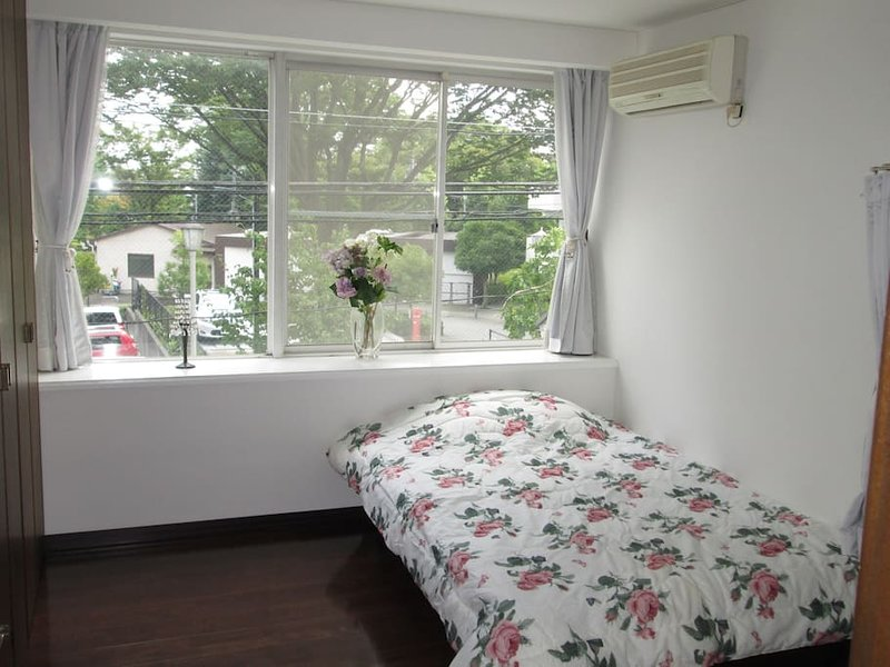 Good Location Cozy Suburb House: Room 2, vacation rental in Hachioji