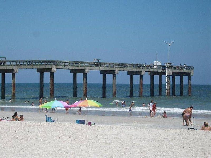 Largest Townhouse on the Beach ~ Pool ~ Beach Boardwalk, alquiler vacacional en Crescent Beach