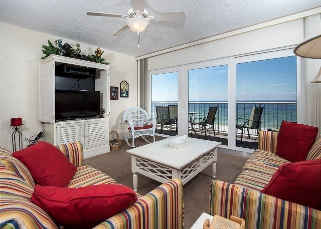Las grandes puertas de vidrio del patio dejan entrar las vistas y los sonidos del Golfo.