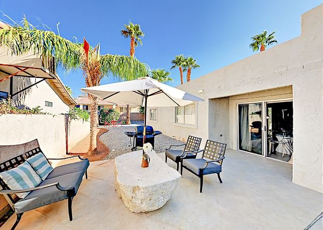 Recently Updated Home w/ Private Patios: 15 Mins From Downtown Palm Springs, alquiler de vacaciones en Morongo Valley
