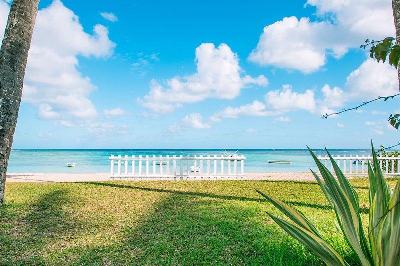 BÉNITIER, appartement pieds dans l'eau sur la plage de Trou aux Biches, holiday rental in Trou aux Biches