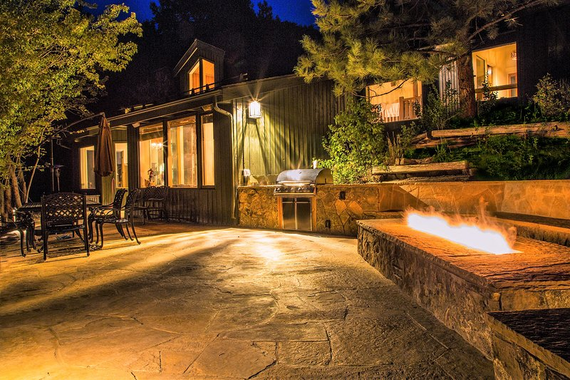 Gorgeous 5 Bedroom Home near slopes. Fire pit overlooking the mountains!, vacation rental in Snowmass Village