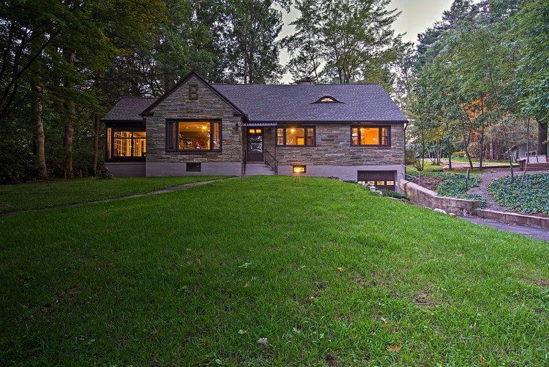 Historic Stone Cottage w/Firepit-Walk to Lily Lake, location de vacances à Drums