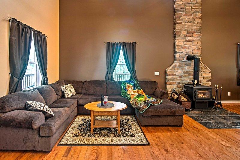 ¡El interior moderno cuenta con 3,800 pies cuadrados con capacidad para 10 personas!
