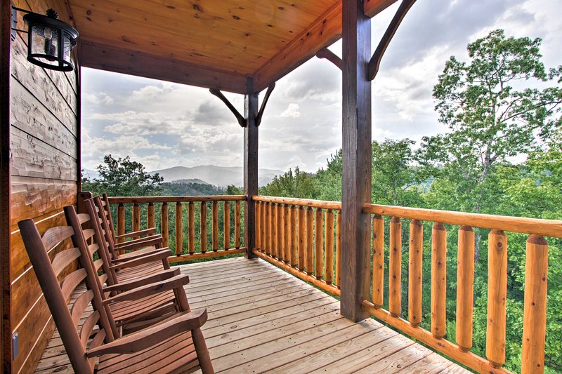 Luxurious 'Smokies View' Gatlinburg Falls Cabin!, vacation rental in Gatlinburg
