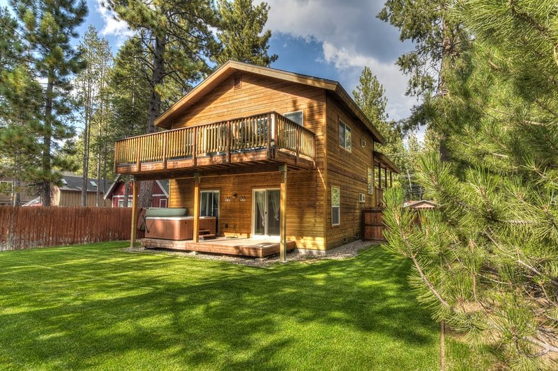 Stunning South Lake Cabin with fenced yard and Hot Tub