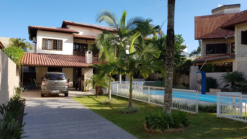 Linda Casa com 4 Suites, piscina, WIFI, 450 metros da PraIa e Open Shopping, location de vacances à Jurere