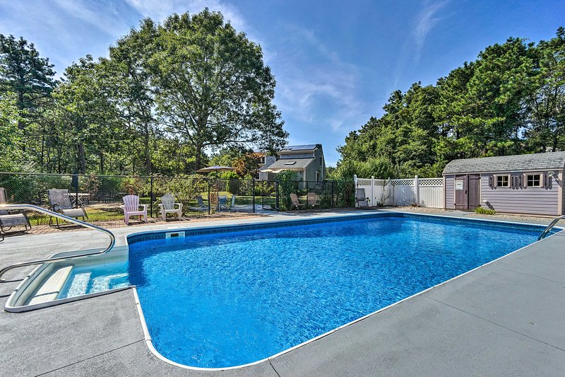 Mashpee House w/Pool, Fire Pit & Furnished Patio!, holiday rental in Mashpee