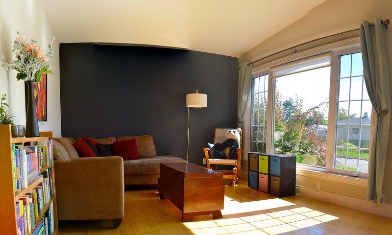 Disfrute de un sol de la mañana o de la mañana en nuestra sala de estar / Disfrute del sol o del libro de la mañana.