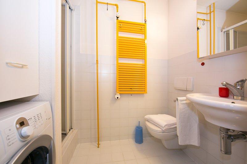 Secondo bagno con doccia e lavatrice