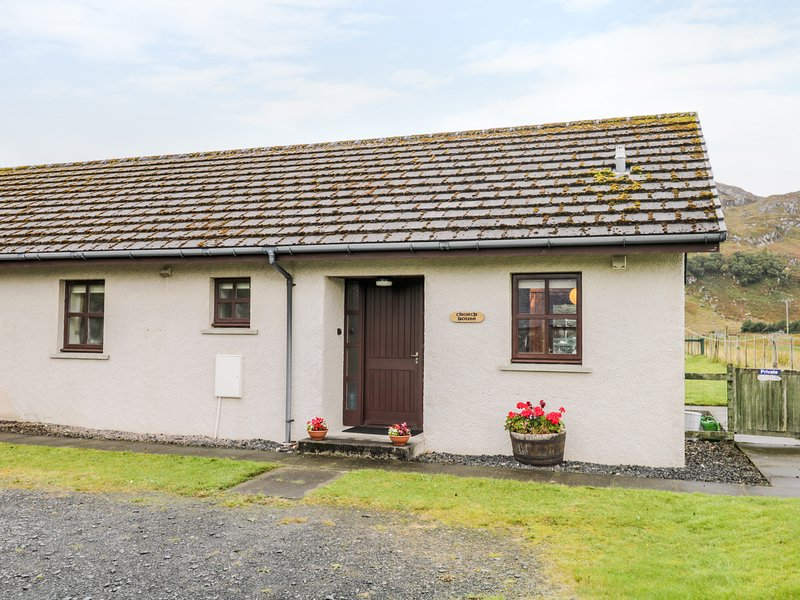 CHURCH HOUSE, enclosed garden with hillside views, in Poolewe, holiday rental in Aultbea