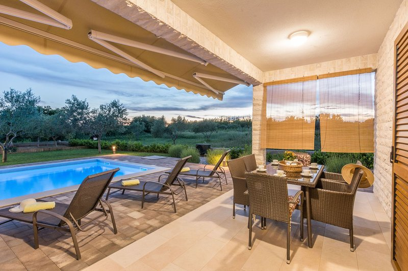 VILLA  with heated  Pool- your dream vacation, location de vacances à Privlaka