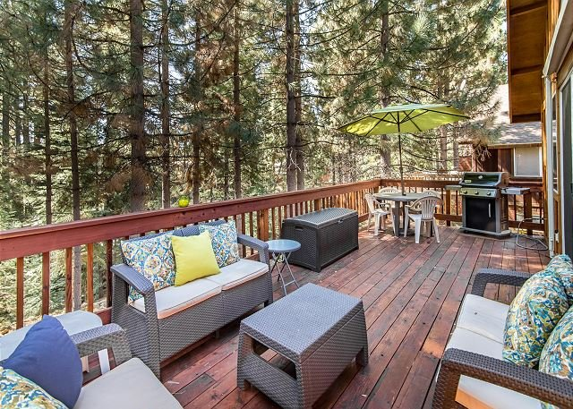 Dog-Friendly Chalet with Large Pine-View Deck - 6 Blocks to Kings Beach, holiday rental in Kings Beach