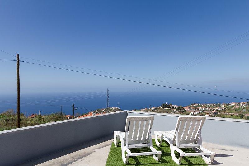 Spacious house with sea view & Wifi, alquiler de vacaciones en Sao Goncalo