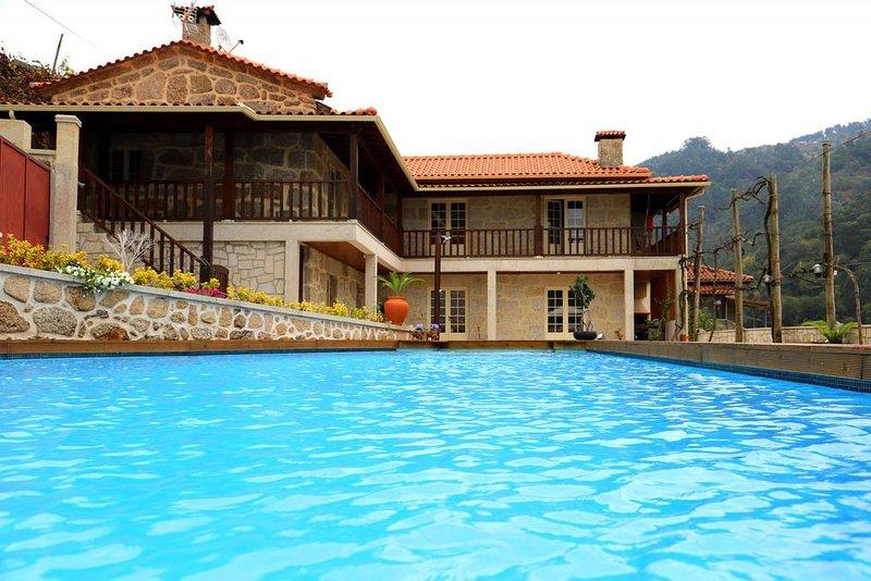 Amazing villa with swimming-pool, vacation rental in Gondoriz