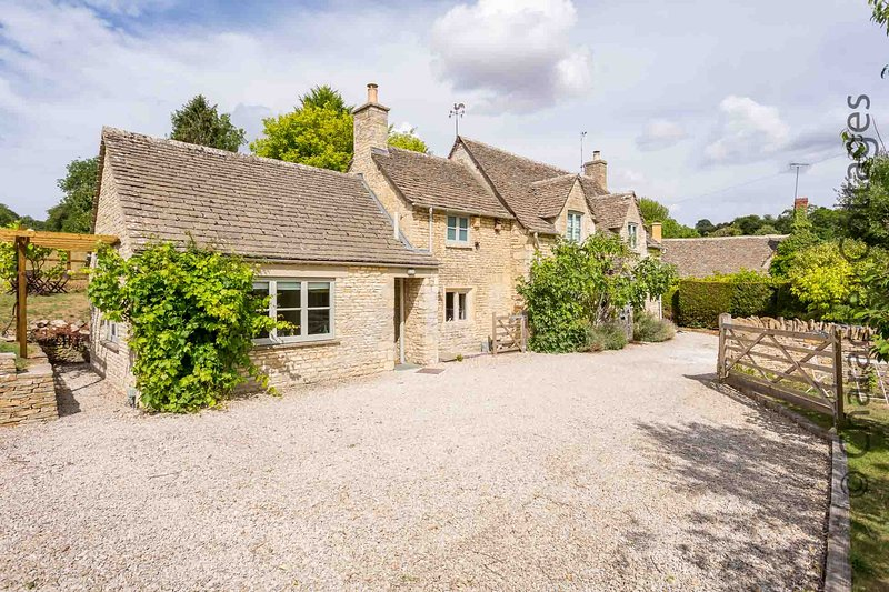 Willow Tree Cottage is a beautiful detached property in the village of Chedworth, vacation rental in Ablington