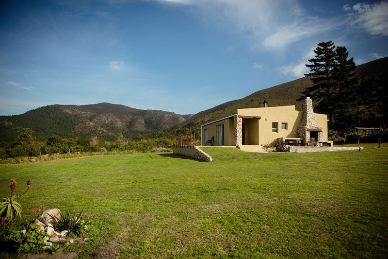 Protea House the perfect small holding with beautiful sea and mountain views, casa vacanza a De Kelders