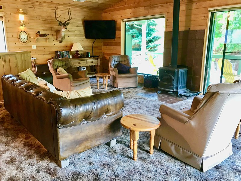 RiverView Cabin steps from the Trinity River and 10-minutes from Weaverville, holiday rental in Lewiston