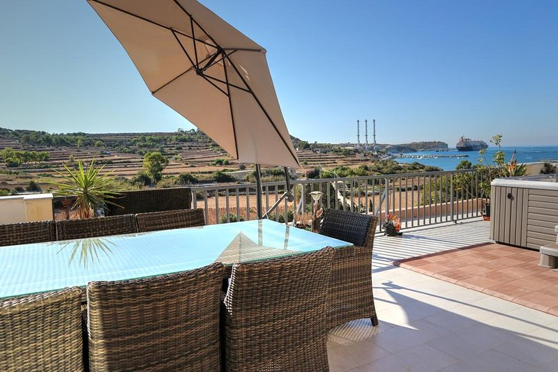 Stunning Views 4 Bedrooms Penthouse in Marsaxlokk, vacation rental in Marsaxlokk