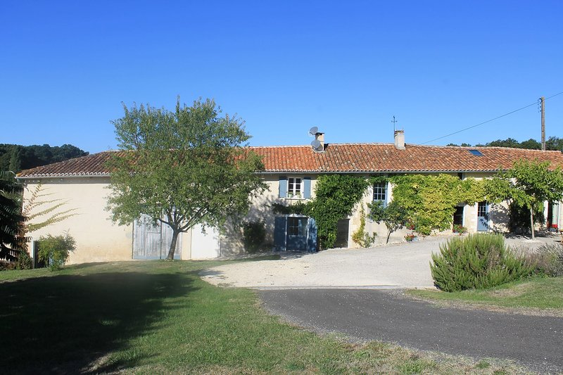 Luxury holiday home in Southwest France, heated swimming pool & air conditioning, holiday rental in Champagne-et-Fontaine